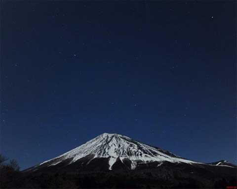 秀麗且つ厳しくそそり立つ富士山は?