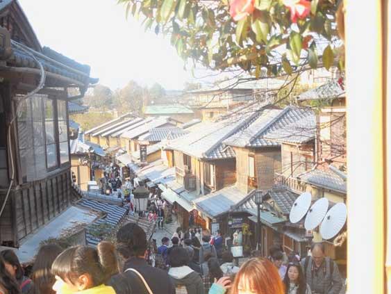清水寺近くは人でいっぱい