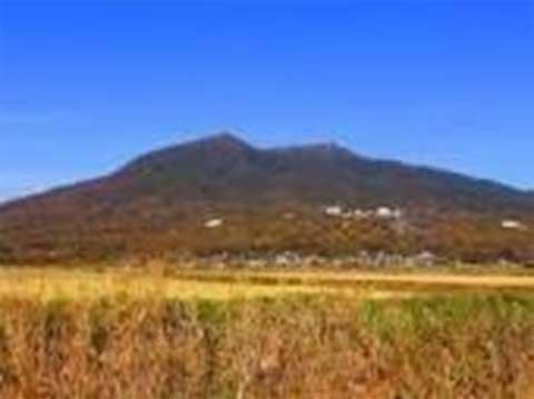 地方都市も山麓に配した田園風景を携えた郷土の筑波山