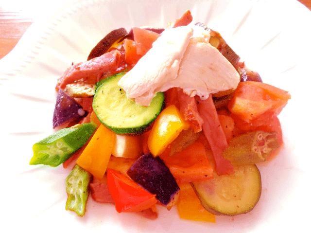 美肌作用の鶏肉とズッキーニ、トマト、ナス、オクラ、赤黄パプリカのオリーブオイル蒸し♪
